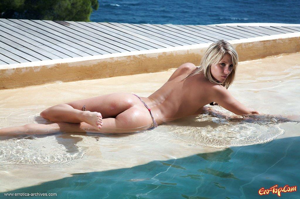 Сочная блондинка в бассейне