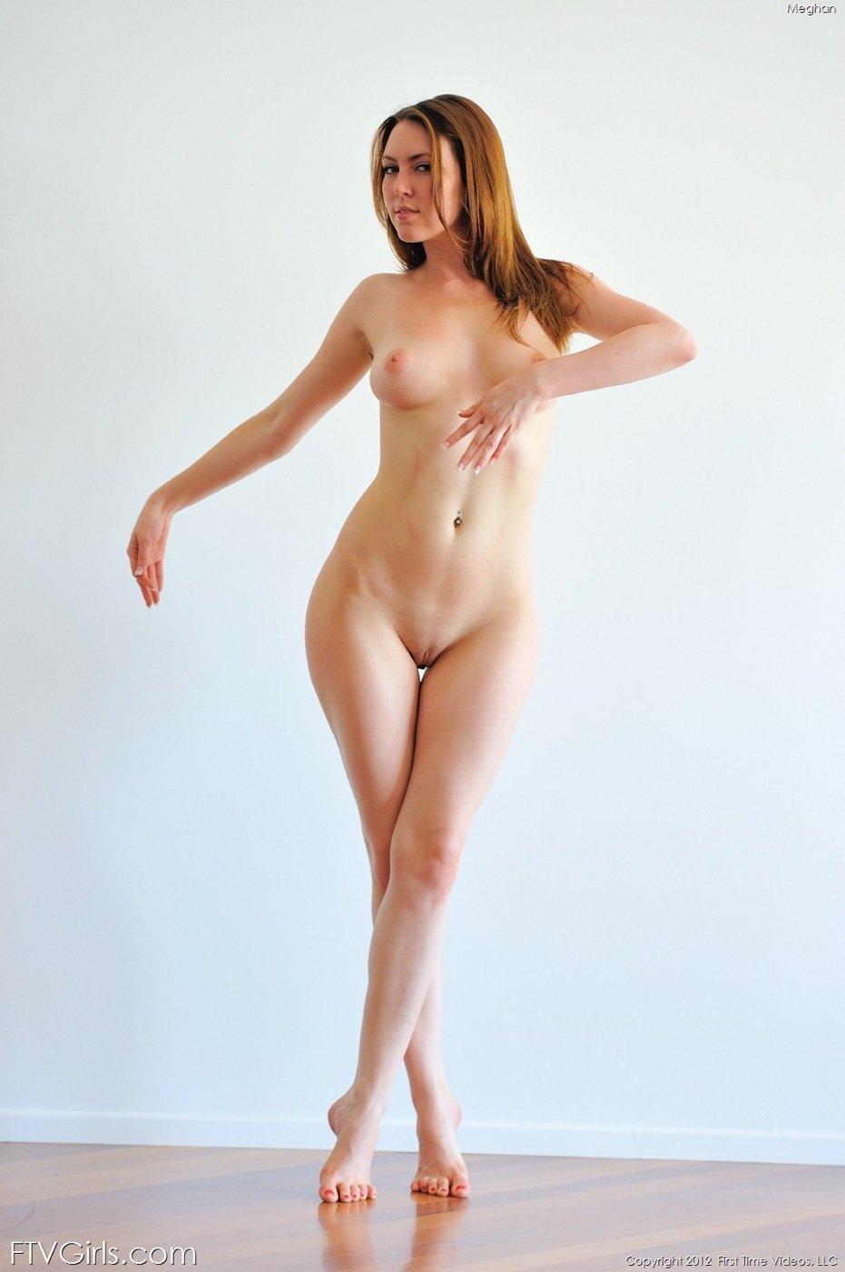Рыжеволосая обнаженная тёлка с широкими бедрами смотреть эротику