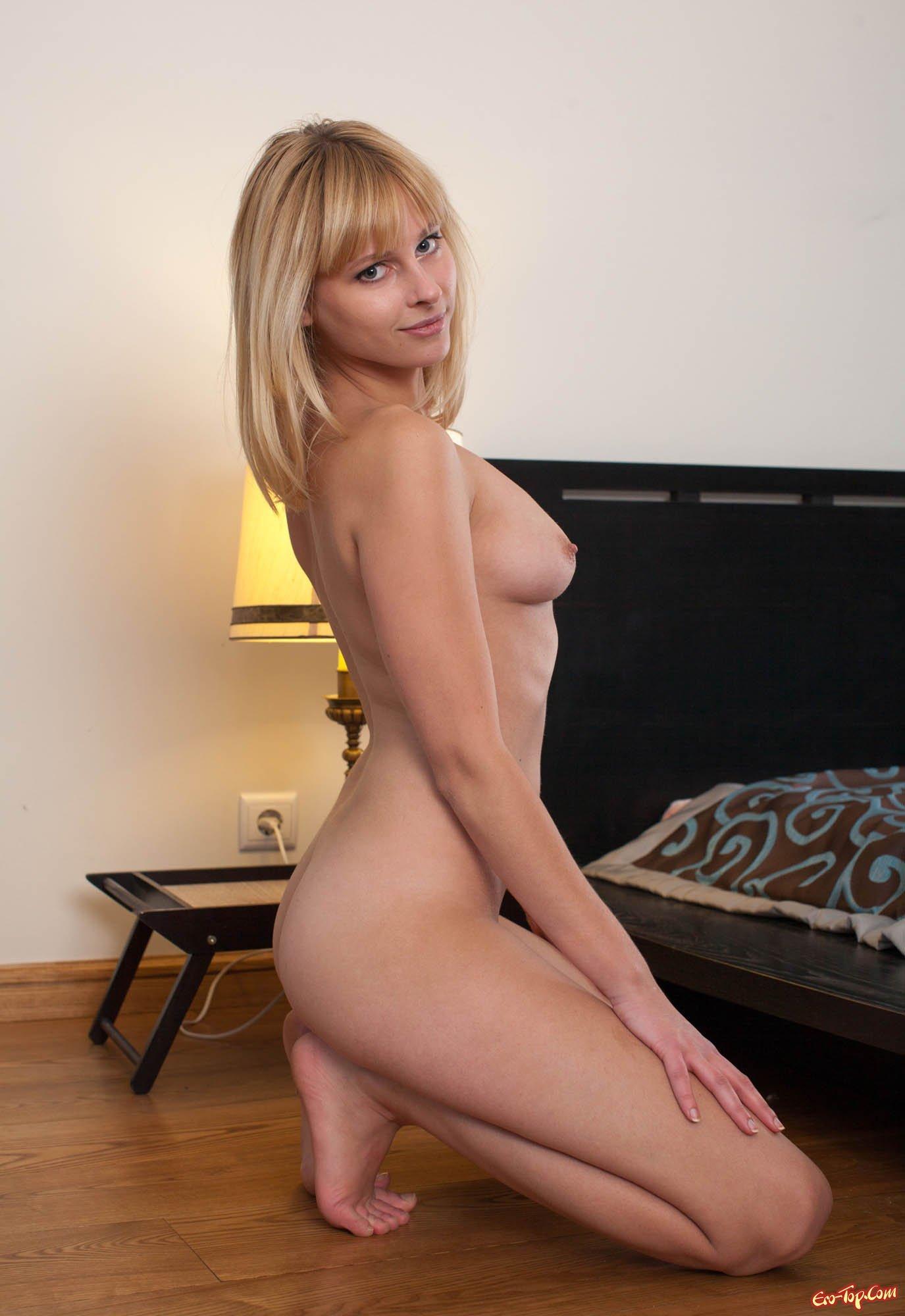 Голая блондинка раком