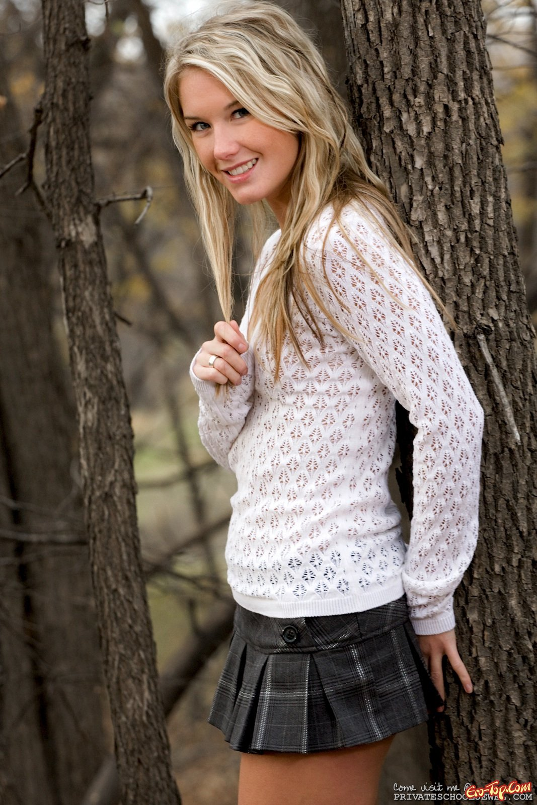Девушка в осеннем лесу задрала юбку