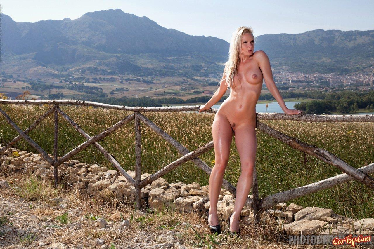 Шикарная голая блондинка на природе