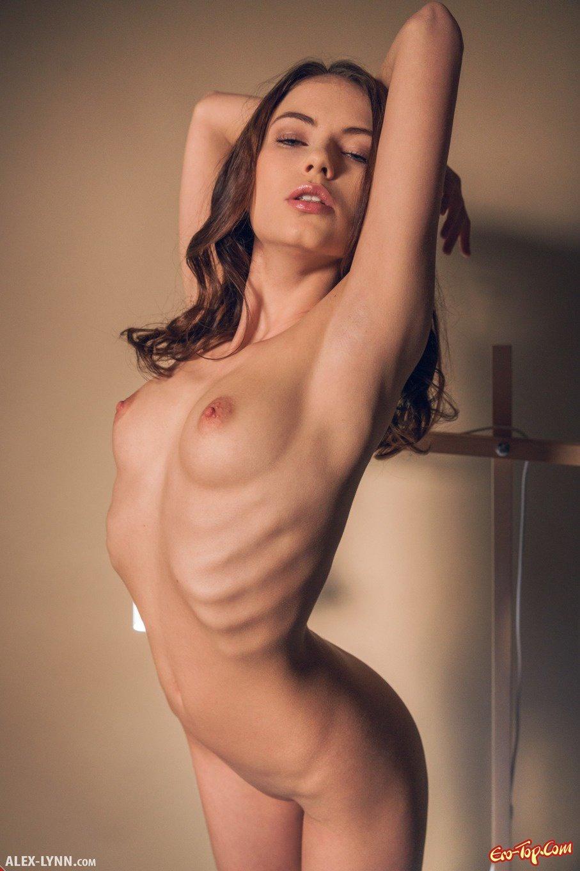 Голая худая молодая девушка