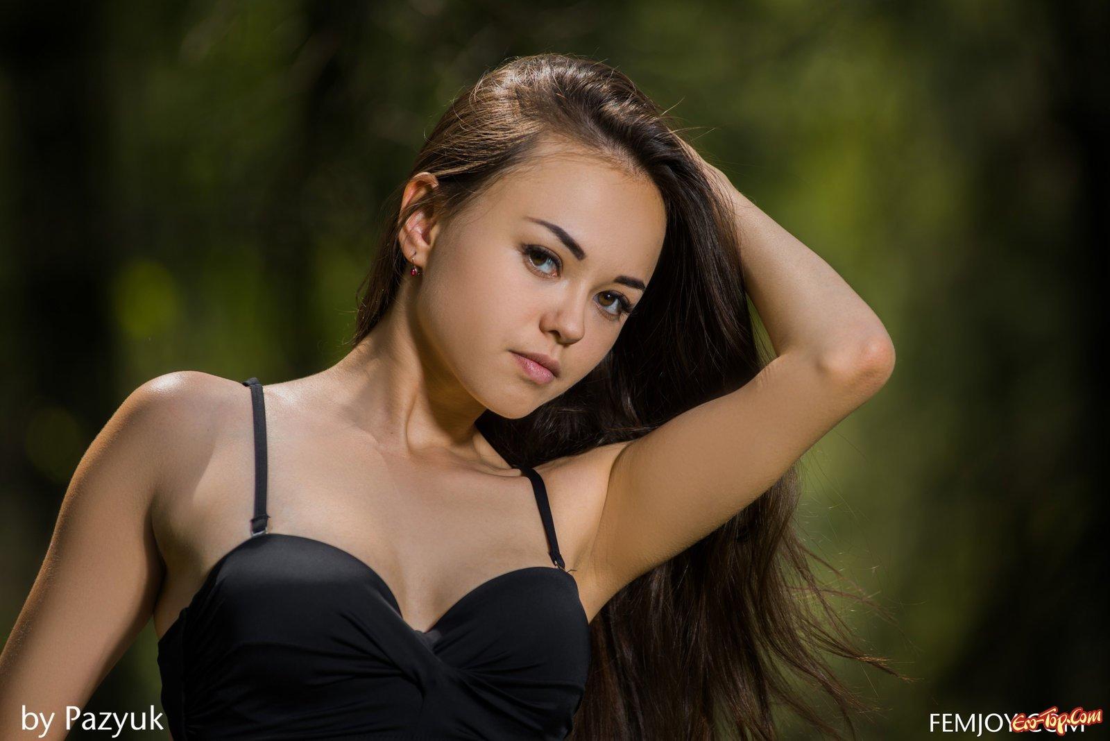 Голая худая азиатка в лесу