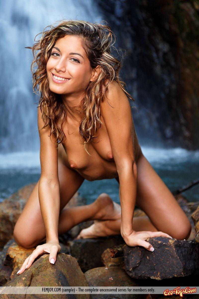 Девица у водопада