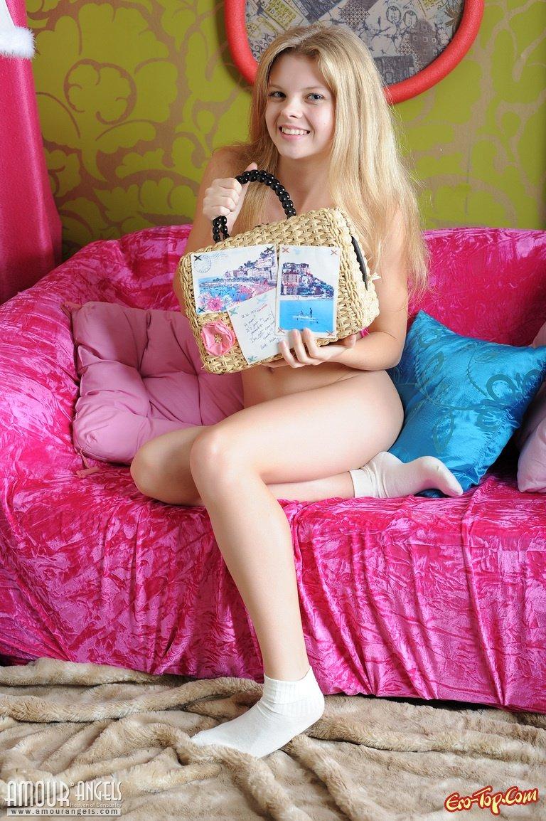 Миниатбрная милая блондинка