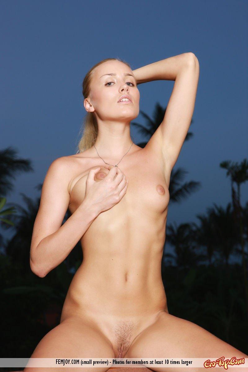 Светловолосая девка под пальмами смотреть эротику