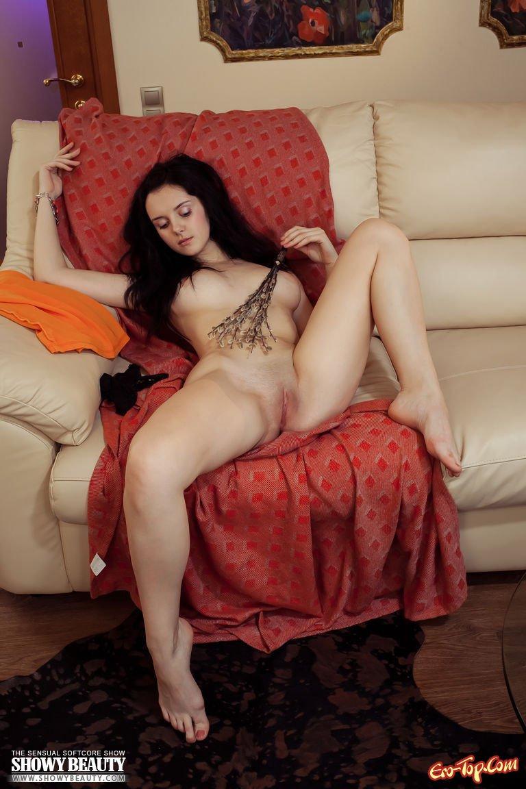 Сексуальная и нагая на кушетке