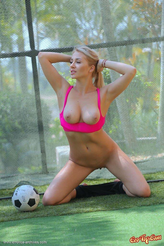 Грудастенькая голая футболистка