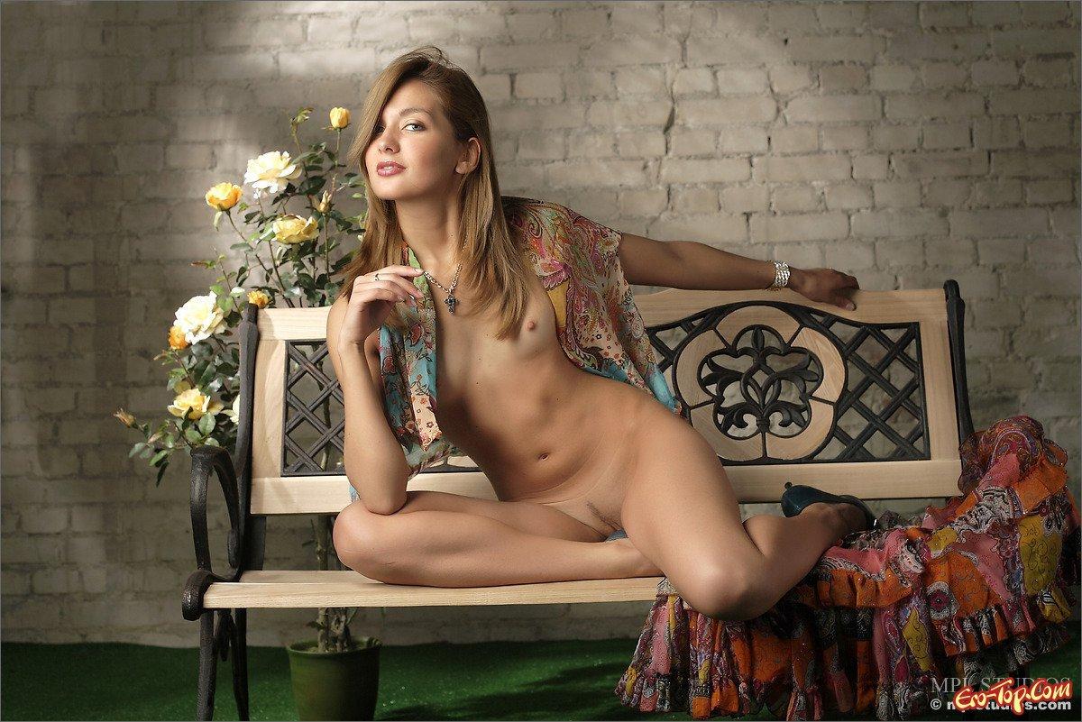 Красоточка обнажила ягодицы секс фото