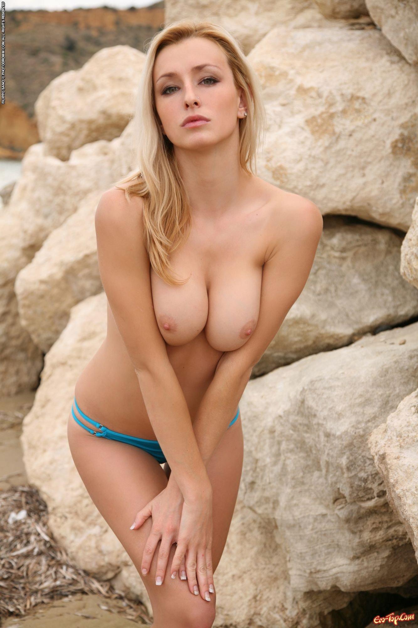 Блондинка с упругим туловищем на берегу моря