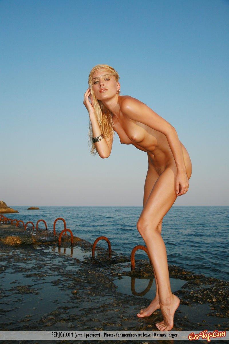 Голенькая на берегу моря смотреть эротику