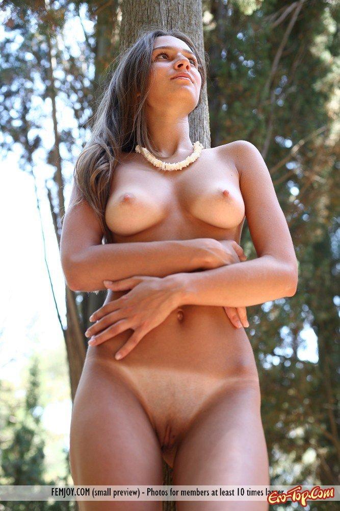 20-летняя в саду нагишом