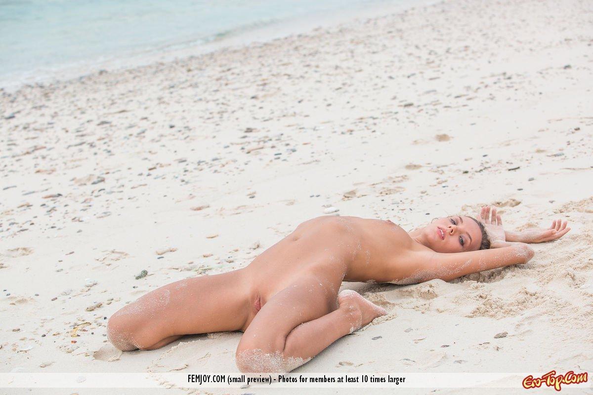 Пляжная эротика от сексуальной девушки