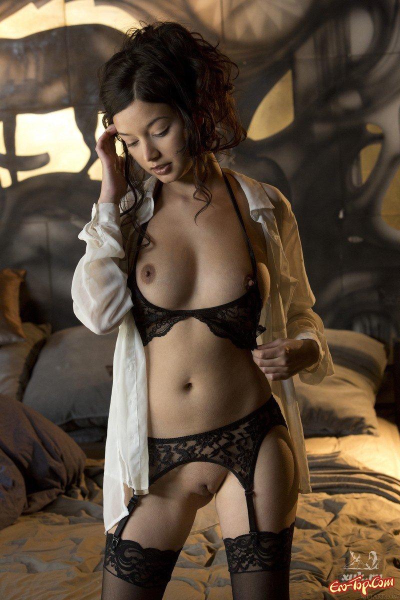 Развратная азиатка позирует в нижнем белье