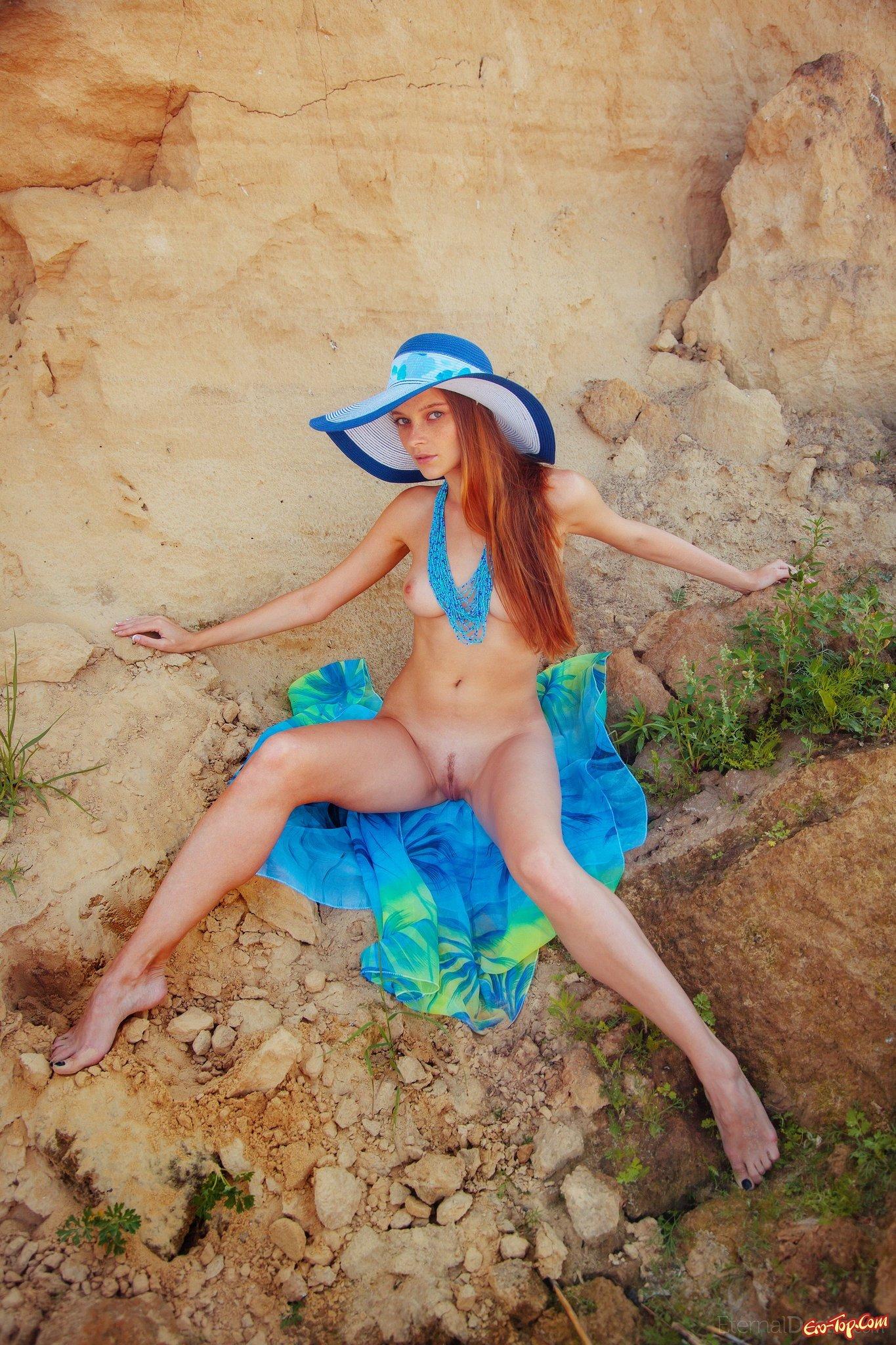 Позирует на пляже прикрываясь платком