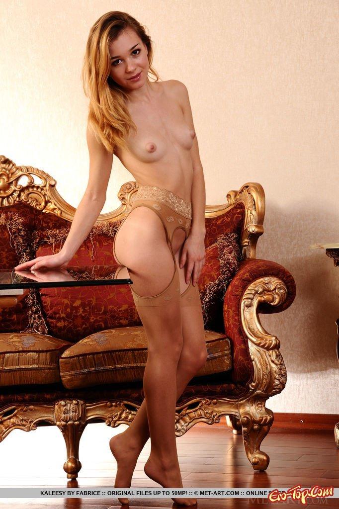 Симпатичное голые дойки хорошенькой девушки смотреть эротику