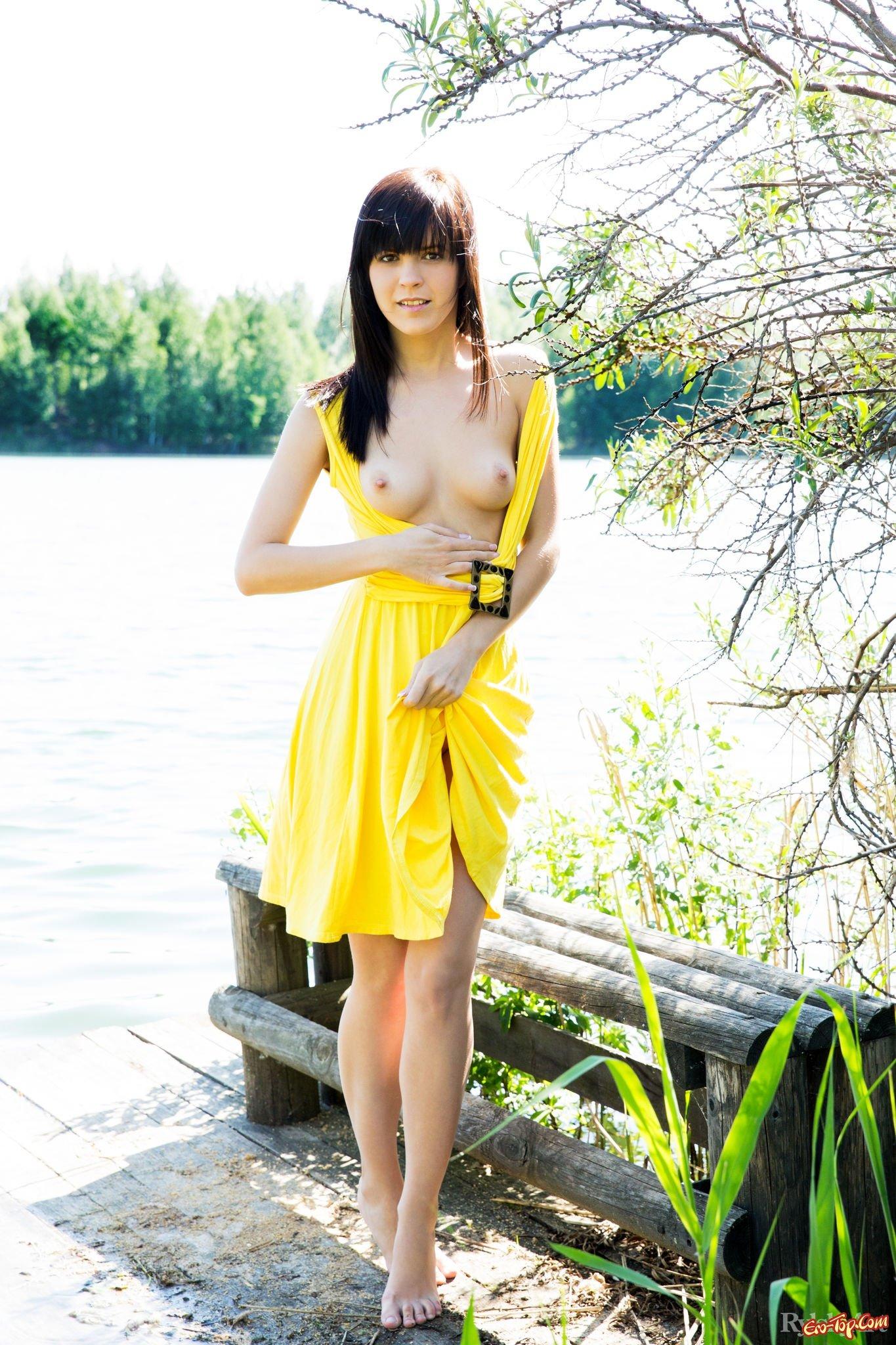 Поднимает платье показывая киску и грудь