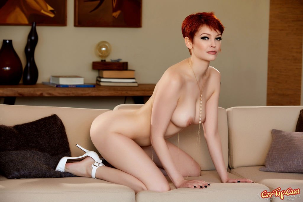 Короткостриженная леди сняла интимное белье
