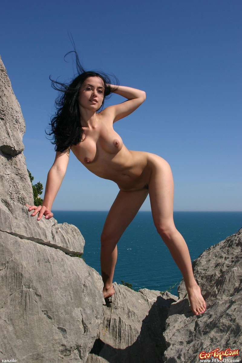 Девушка позирует голой на отдыхе в горах