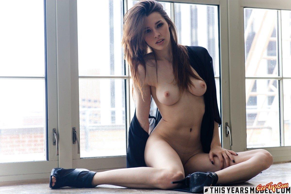 Обнаженная красавица в тоненьком халатике секс фото