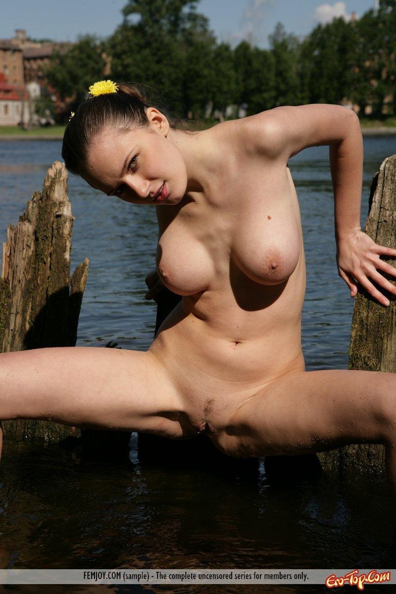 Голая красавица бахвалится на берегу моря и недалеко от озера
