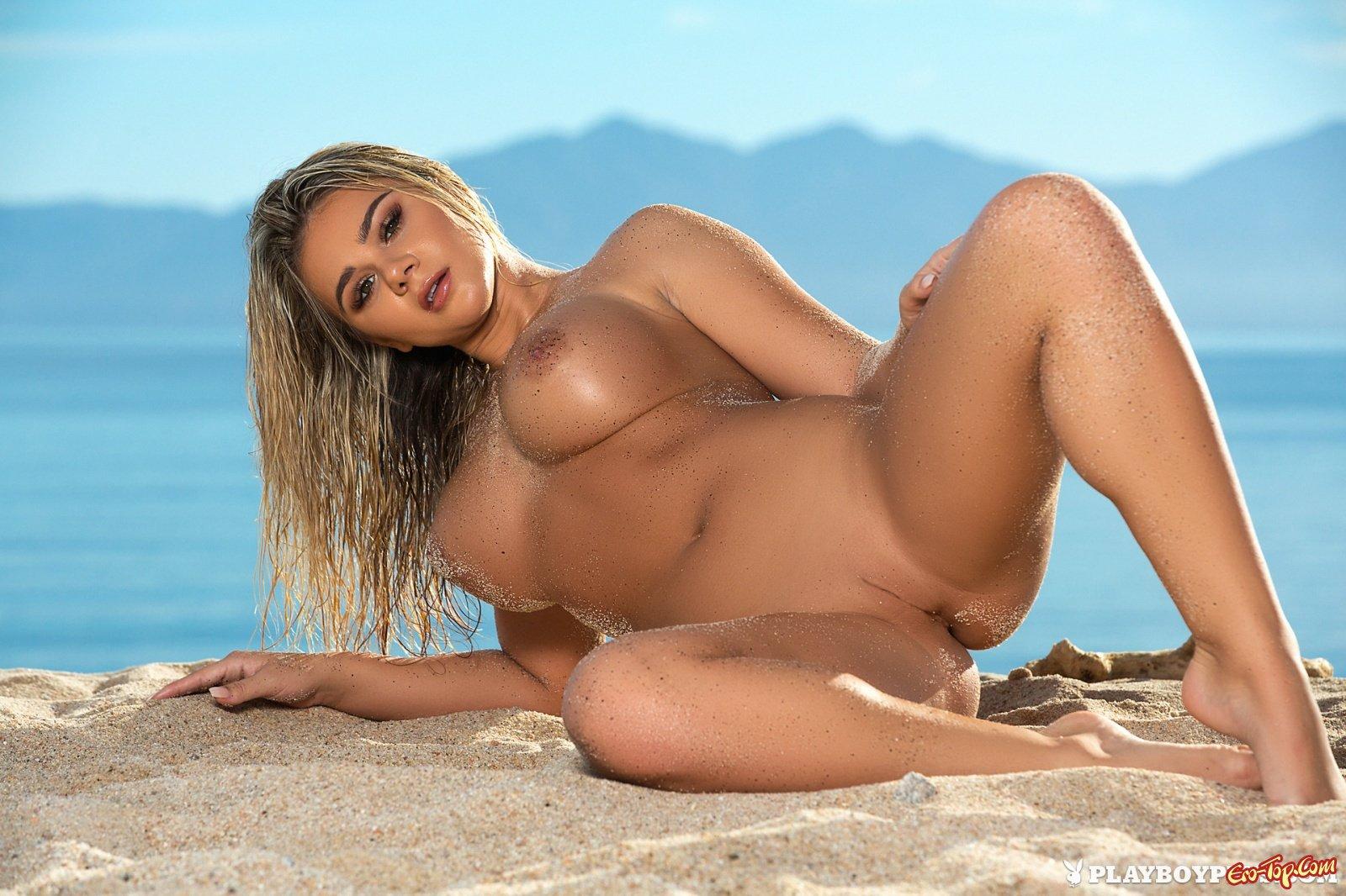 Пляжная фотосессия красивой секс модели