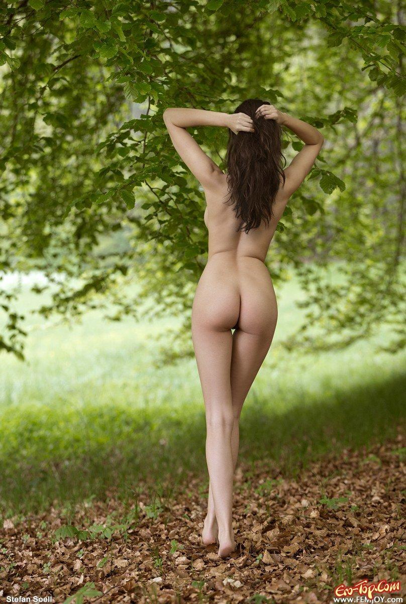 Фотосессия в лесу с очень красивой дамой