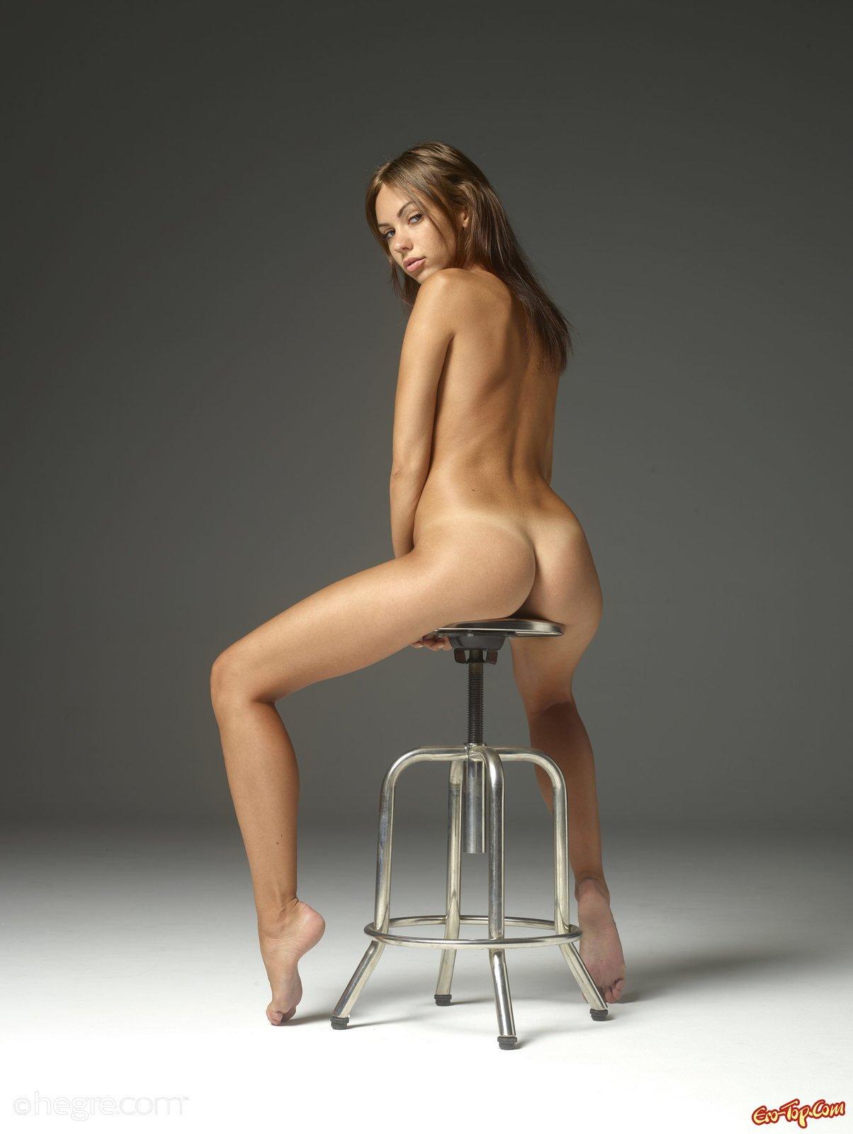 Девица делает селфи голой на железной табуретке