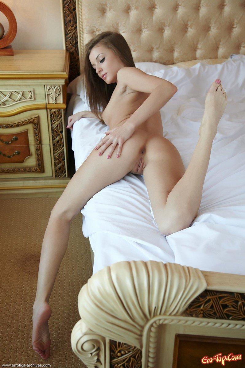 Голая в кроватке секс фото