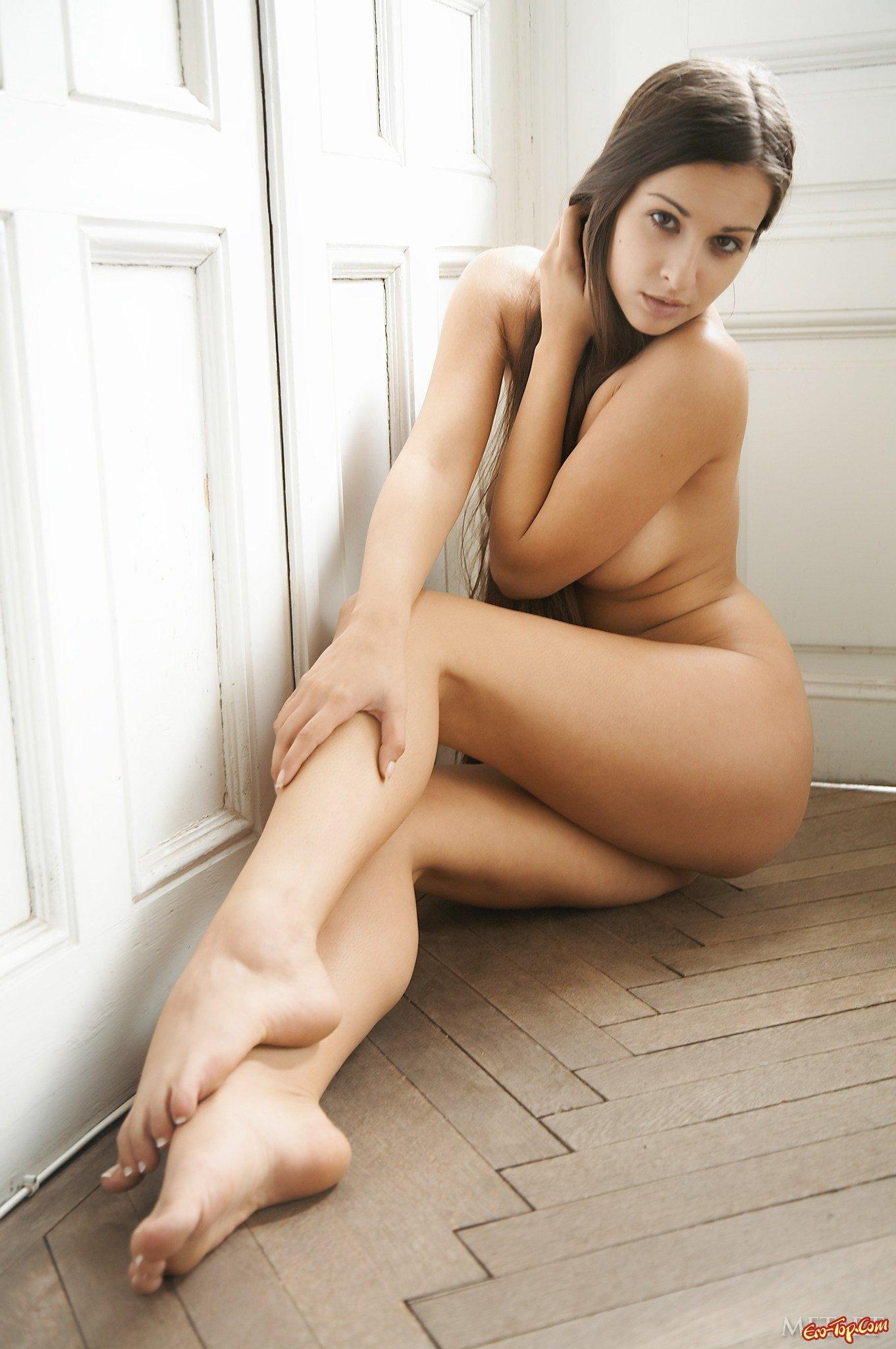 Без стрингов сидит на полу смотреть эротику
