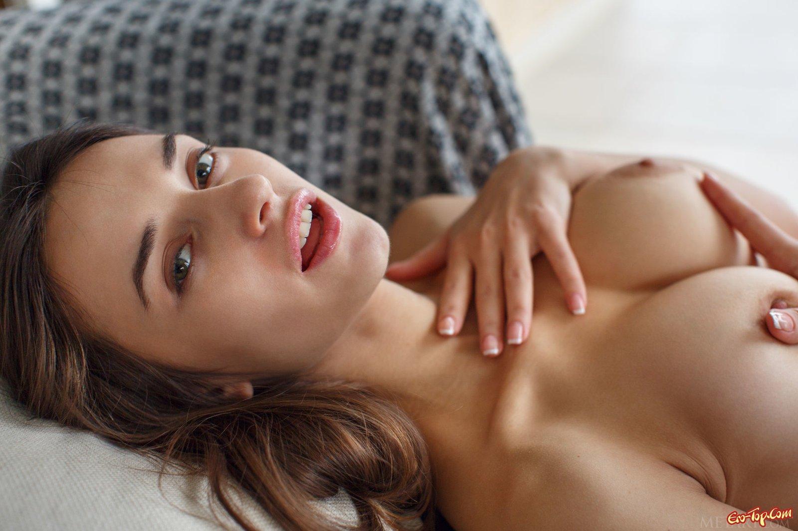 Сексуально трогает себя и снимает трусики