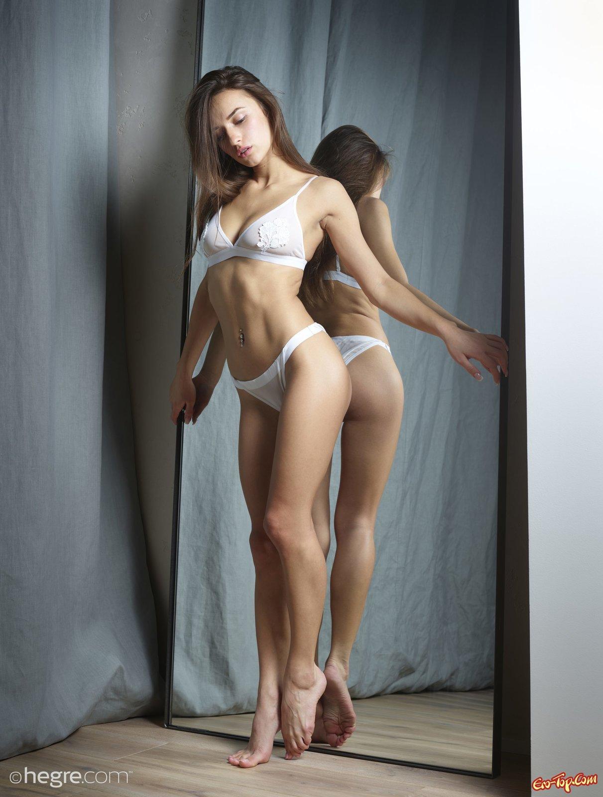 Барышня снимается перед зеркалом в нижнем белье