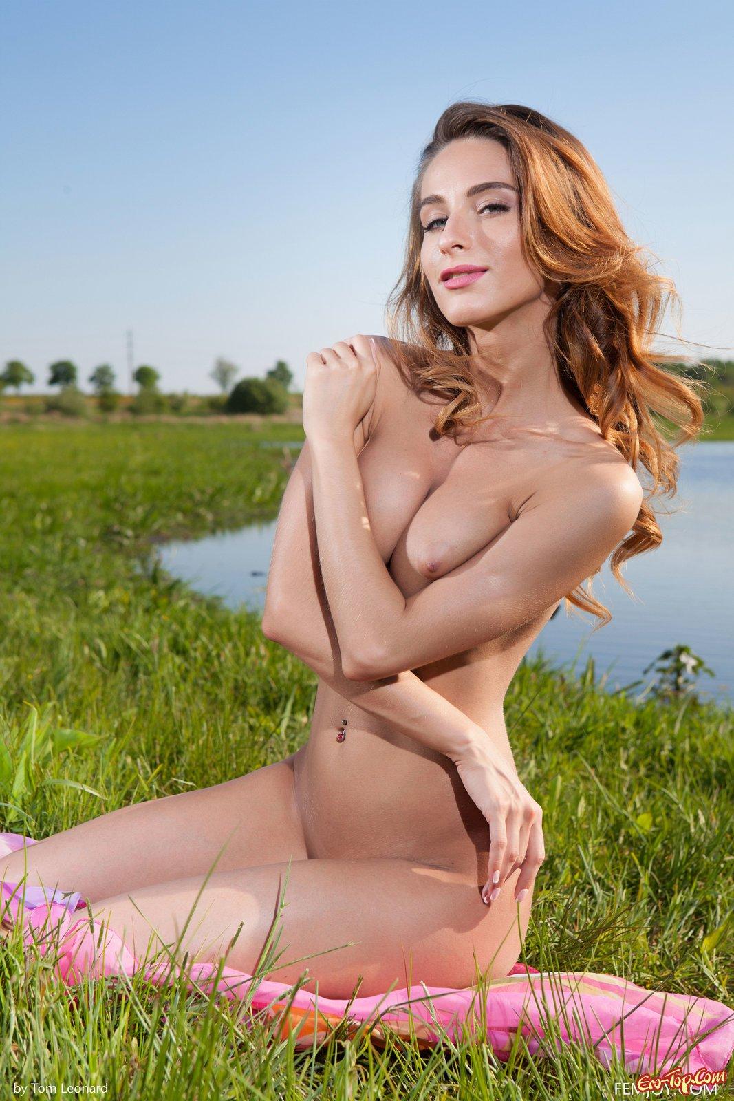Рыжая эротично позирует на природе секс фото