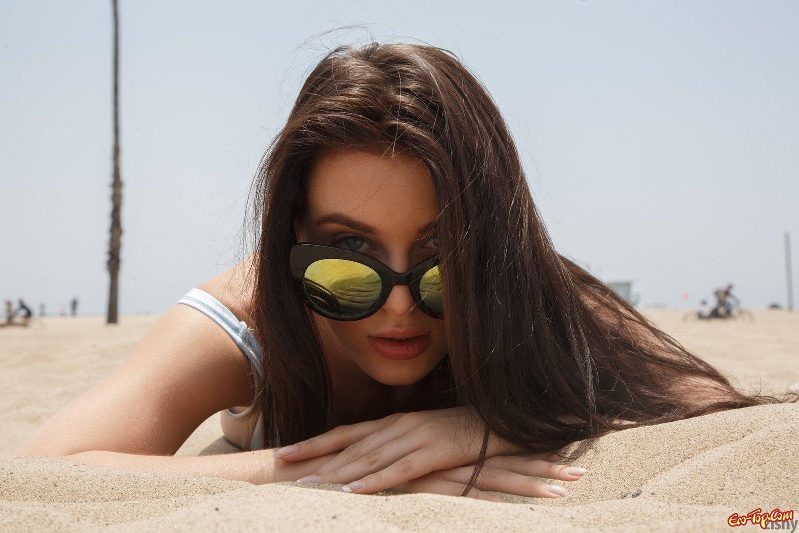 Девка на пляже в закрытом купальнике
