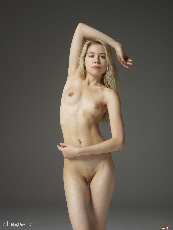 Блондинка с выбритой писькой позирует голой смотреть эротику