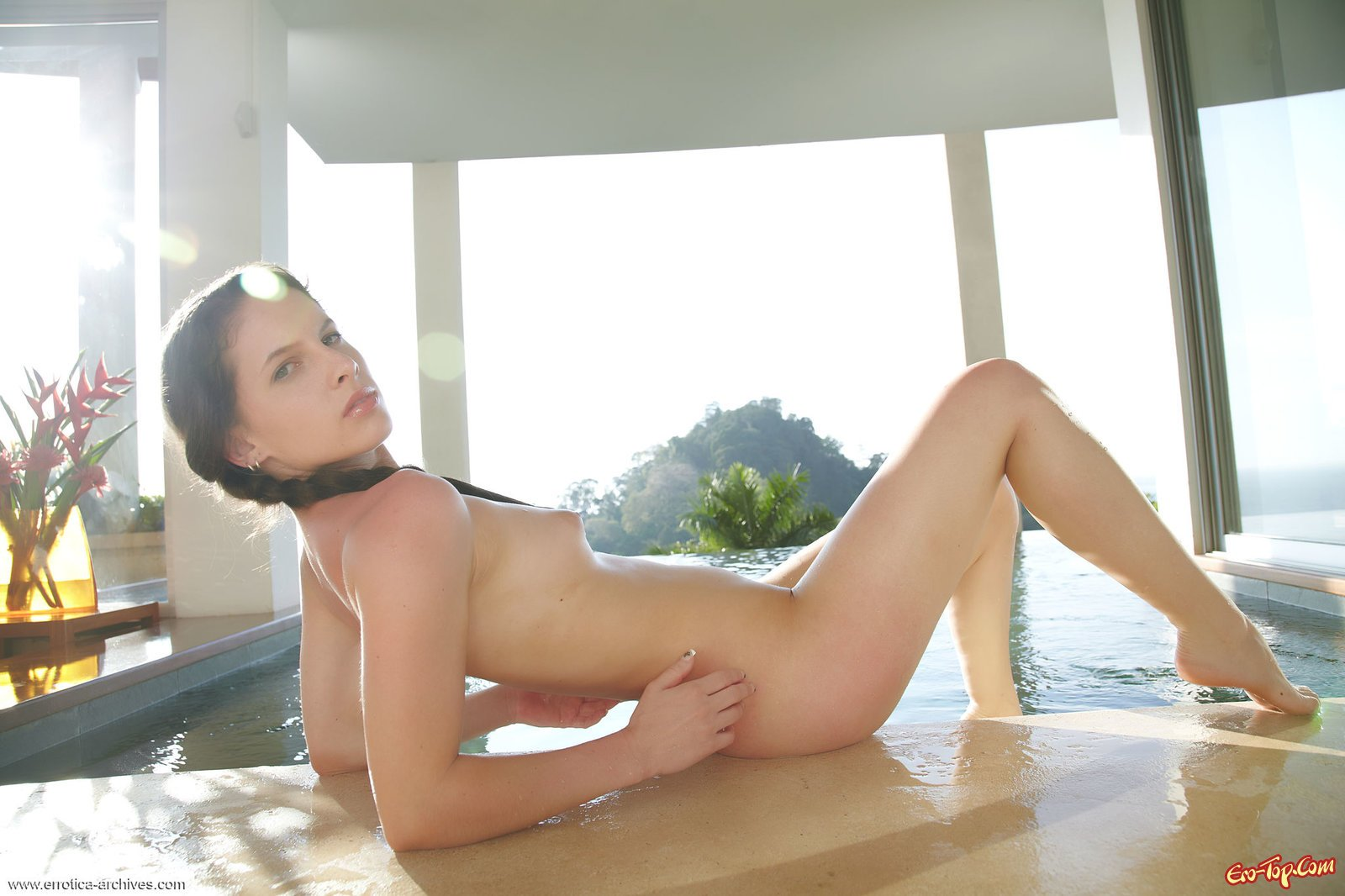 Брюнетка показала голое тело в закрытом бассейне