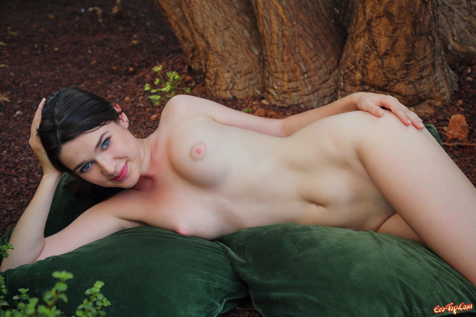 Красоточка обнажает вульву и попу в саду