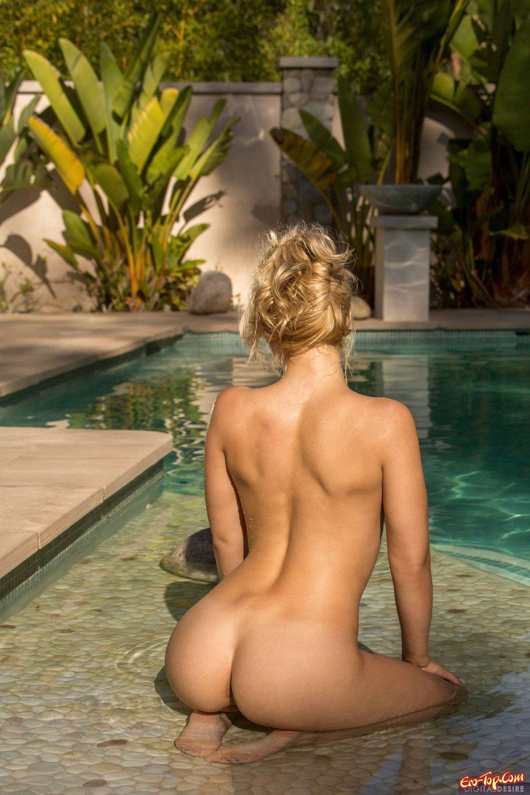 Блондинка снимает купальник в бассейне