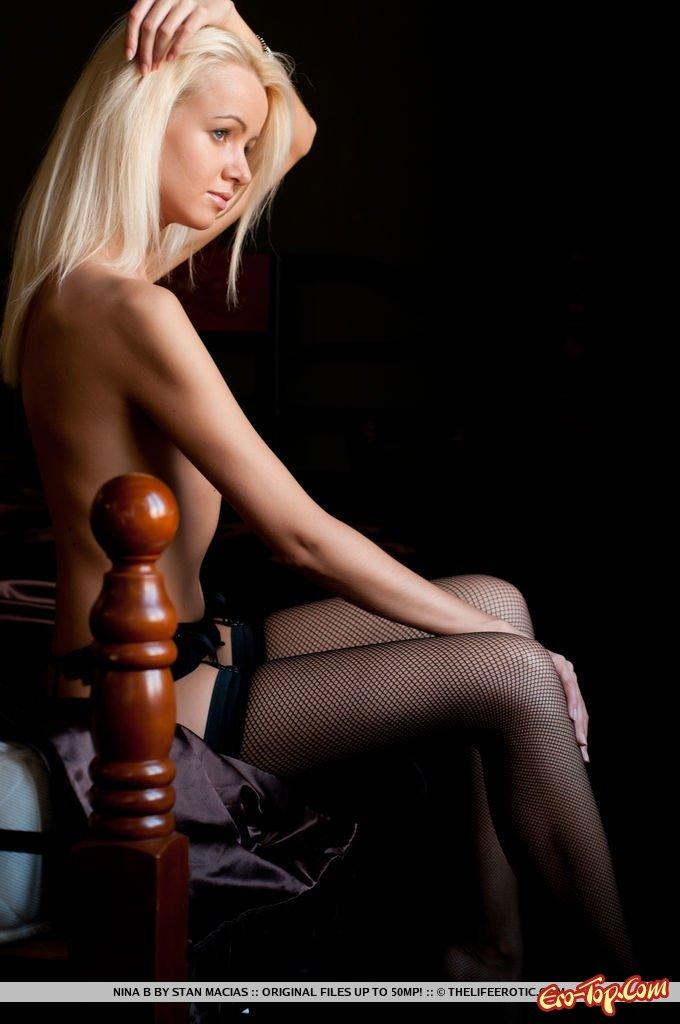 Обнаженная тощая блондинка в чулках
