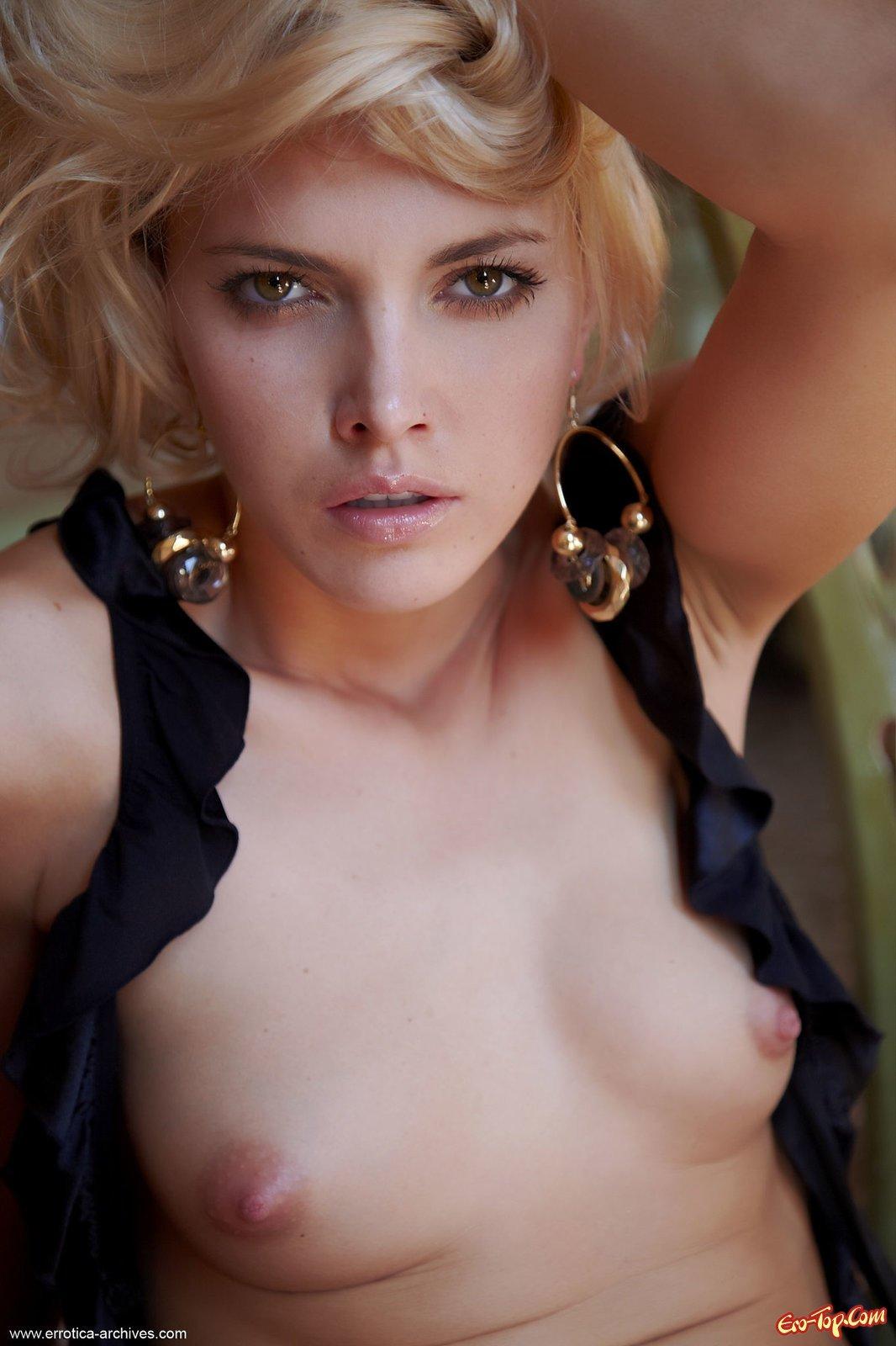 Кареглазая нагая блондинка смотреть эротику
