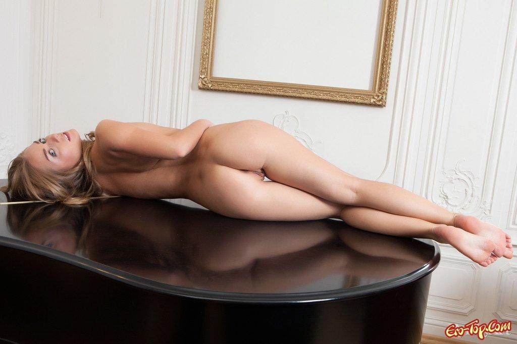 Смазливая молодая блондиночка