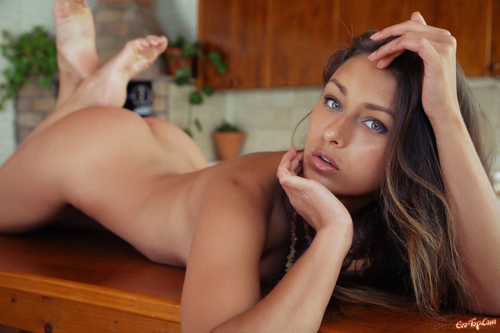 Эротичная голая няшка делает селфи на деревянном столе