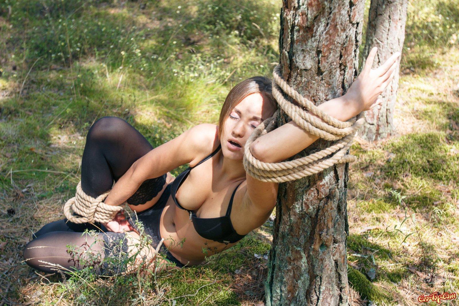 seks-svyazannaya-v-lesu