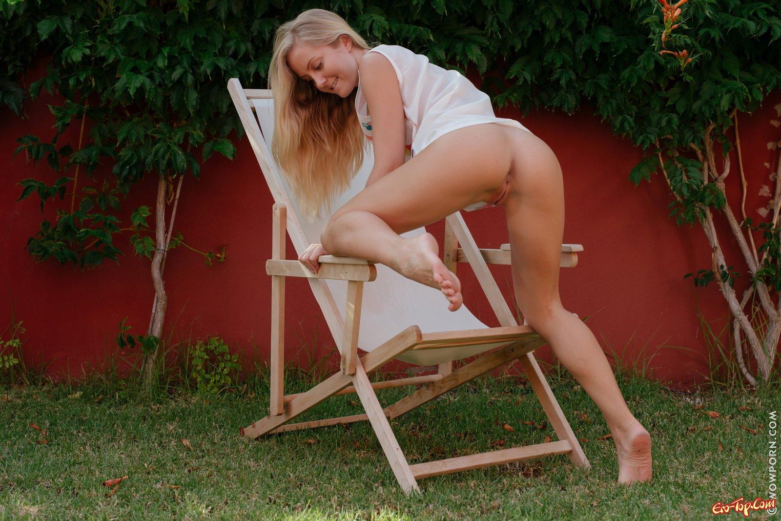 Светлая порно звезда стащила платье и показала пизду во дворе