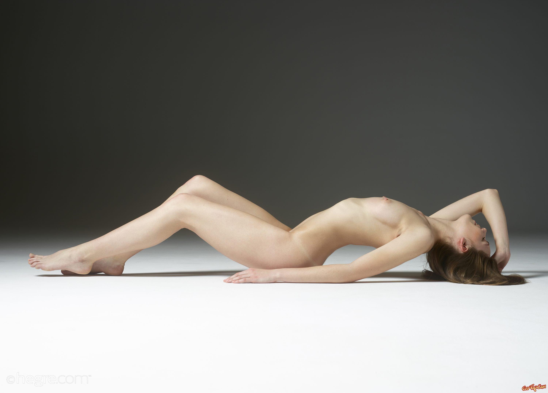 Обнаженная модель в всевозможных позах на полу смотреть эротику