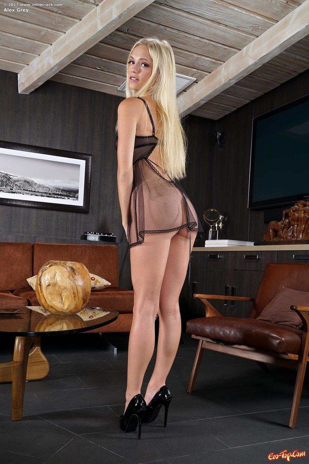 Дерзкая блондинка мастурбирует дилдо
