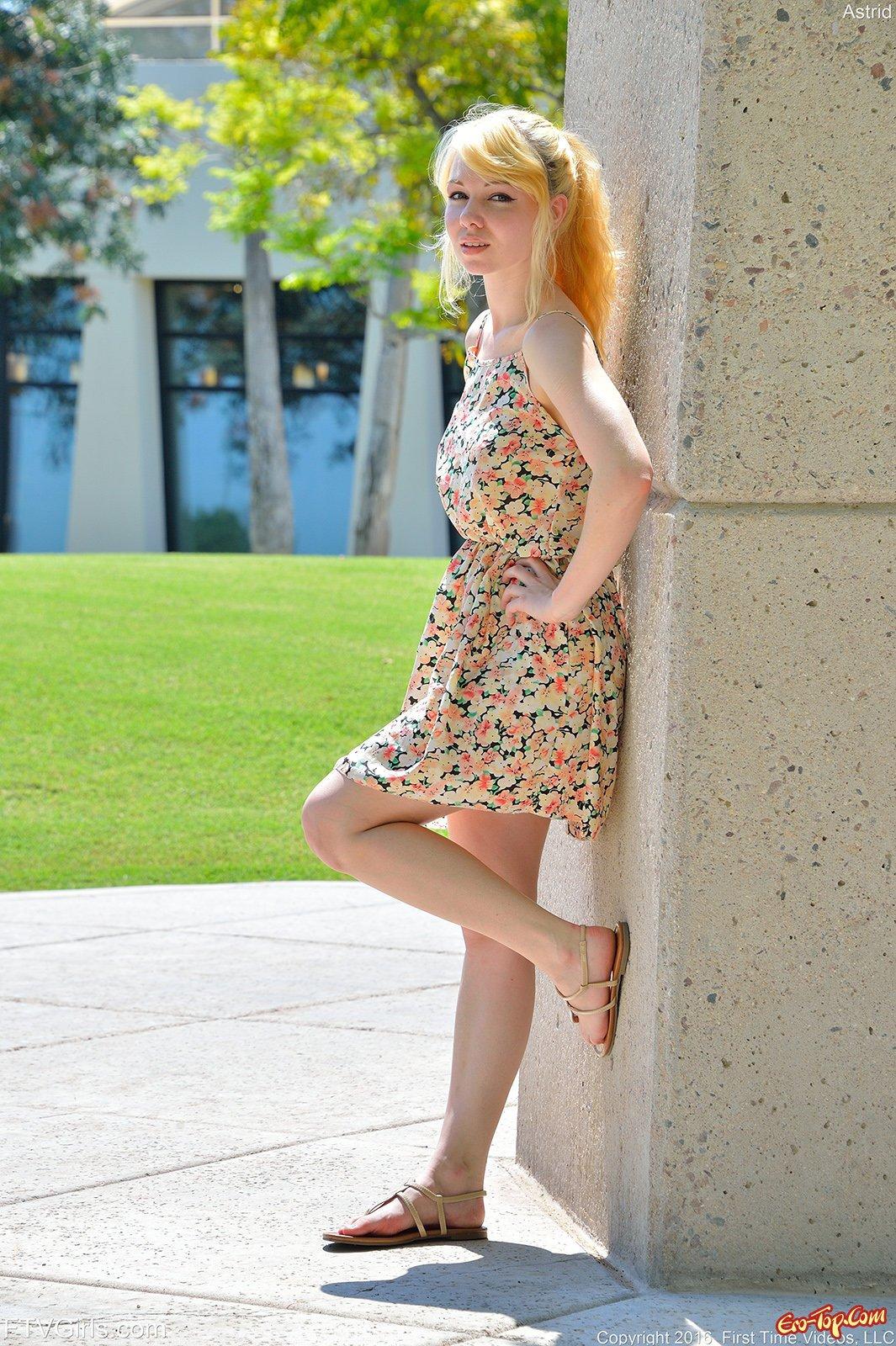 Красивая блондинка показала киску на прогулке