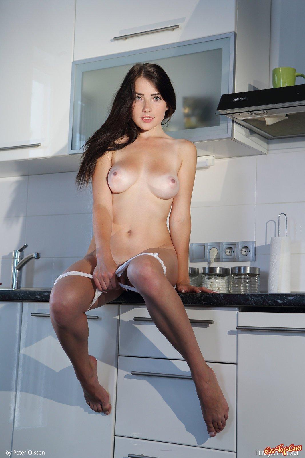 Модель с темными волосами в трусах сняла трусы на кухне