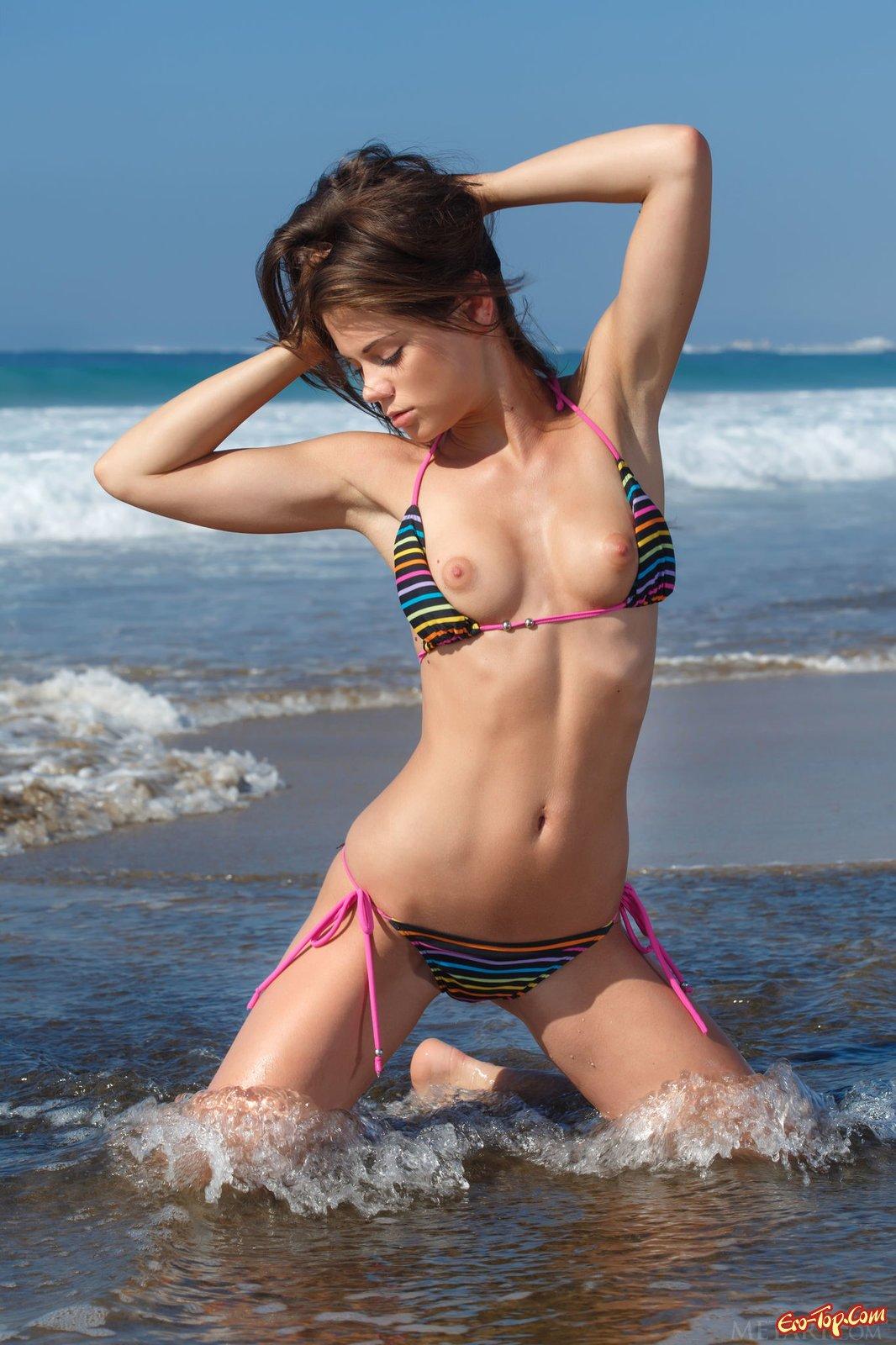 Красавица в купальнике делает селфи около океана