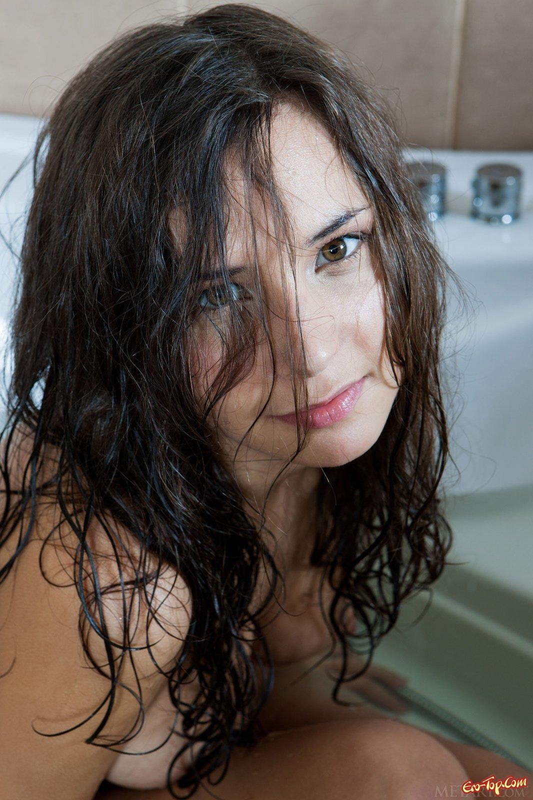 Стройная девушка показала голое тело в ванной